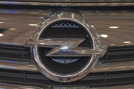 KIEV, UKRAINE - 29 mai: Opel logo gros plan sur le nouveau modèle de voiture Cascada capot sur l'écran de la SIA '2013 La 21e Kyiv International Motor Show dans International Exhibition Centre, le 29 mai 2013 à Kiev, en Ukraine. Banque d'images - 20160915