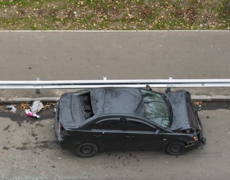 事故で重傷を車の上から見る