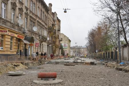 baranda para balcon: Lviv, Ucrania - 13 de noviembre: Los peatones caminan junto Zamarstynivska Street (nombres anteriores puentes de piedra, Kalinina) durante gran calle reparación de las obras el 13 de noviembre de 2013, de Lviv, Ucrania. . Durante la ocupación nazi Zamarstynivska era la calle principal de th Editorial