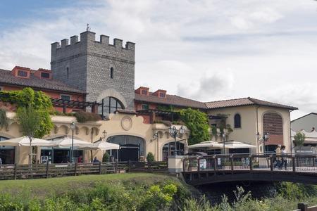 MUGELLO ITALY 9 월 11 일 2014 : 피렌체에서 30 분 거리에 McArthurGlen Designer Outlet Barberino가 있습니다. McArthurGlen Group은 1995 년에 첫 번째 디자이너 매장을 오픈했 에디토리얼