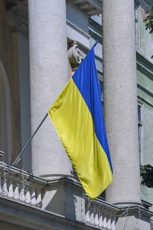 lemberg: Ukrainian National flag on Lviv building with columns Stock Photo