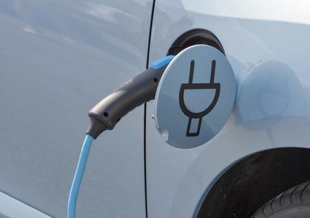 Carga de un coche eléctrico con el suministro de cable de alimentación enchufado, primer Foto de archivo - 43569032