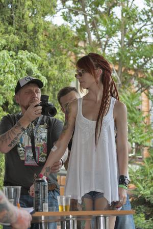 jurado: KIEV, Ucrania - 23 de mayo, 2015: Jurado evalúa tatuaje de los participantes durante Internacional Tattoo Convention Kiev Tattoo Collection 2015 organizada por el estudio Planeta tatuaje en Art-fábrica Platforma.