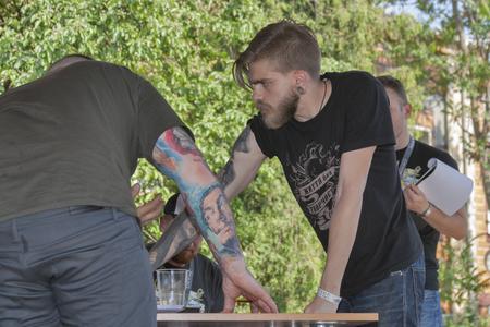 jurado: KIEV, Ucrania - 23 de mayo, 2015: Jurado eval�a tatuaje de los participantes durante Internacional Tattoo Convention Kiev Tattoo Collection 2015 organizada por el estudio Planeta tatuaje en Art-f�brica Platforma.