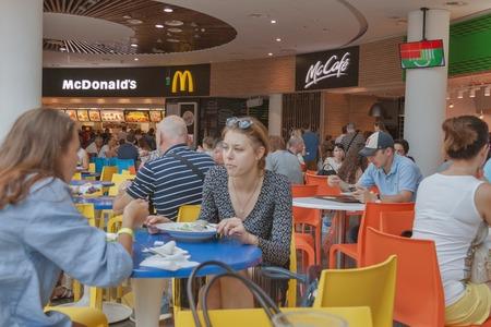 키예프, 우크라이나 - 7 월 (19), 2015 160.000 평방 미터, 약 400 상점과 30 레스토랑의 총 면적 우크라이나 쇼핑몰에서 오션 플라자 가장 큰 푸드 코트 에디토리얼