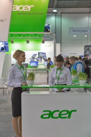 exhibitor: KIEV, Ucrania - 11 de octubre, 2015: Los presentadores trabajan en Acer, una cabina empresa internacional equipo basado en Taiwan durante la CEE de 2015, la mayor feria de la electrónica de Ucrania en el Centro de Exposiciones Expoplaza