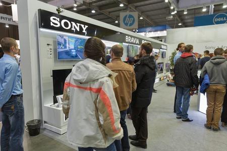 exhibidor: KIEV, Ucrania - 11 de octubre, 2015: La gente visita Sony Bravia, la electr�nica fabricante stand de la compa��a durante la CEE de 2015, la mayor feria de electr�nica de Ucrania en el Centro de Exposiciones Expoplaza