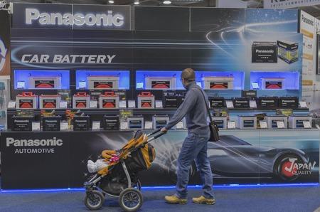 exhibidor: KIEV, Ucrania - 11 de octubre, 2015: La gente visita Panasonic, Jap�n fabricante de productos electr�nicos stand de la compa��a durante la CEE de 2015, la mayor feria de electr�nica de Ucrania en el Centro de Exposiciones Expoplaza