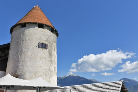 cielo despejado: Tower of Bled Castle, clear sky and small cloud. Slovenia