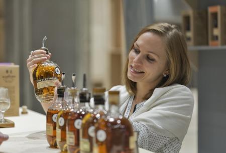 KIEV, Ucrania - 21 de noviembre 2015: obras presentador no reconocidos en el stand de la destilería Glenrothes Speyside Whisky escocés en primera ucraniana Whisky Festival Dram en Parkovy Exhibition Center Foto de archivo - 48400435