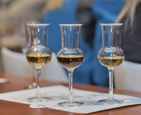 KIEV, Ucrania - 21 de noviembre de 2015: vasos de whisky para la degustación de cerca en la presentación corporativa de The Glenlivet Single Malt Scotch Whisky en 1er Festival de la copita de whisky en el Centro de Exposiciones Parkovy. Foto de archivo - 49378496