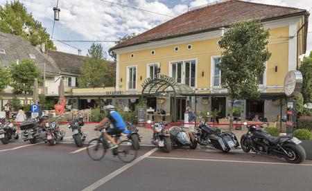 VELDEN, OOSTENRIJK - SEPTEMBER 08, 2015: De fietsers van overal Europa geparkeerd op Klagenfurter-straat tijdens het jaarlijkse Europese festival van de Fietsweek. Nu behoort het tot de grootste en beste motorevenementen in Europa. Redactioneel