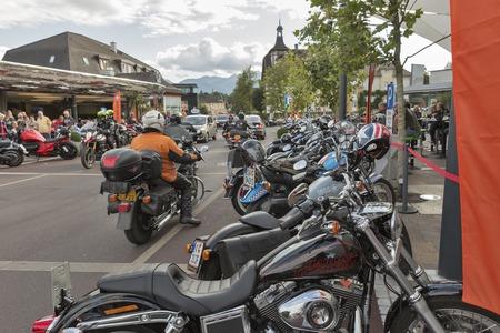 VELDEN, OOSTENRIJK - SEPTEMBER 08, 2015: Fietsers uit heel Europa op Klagenfurterstraat tijdens het jaarlijkse European Bicycle Week festival. Nu staat het onder de grootste en beste motorfietsevenementen in Europa. Redactioneel