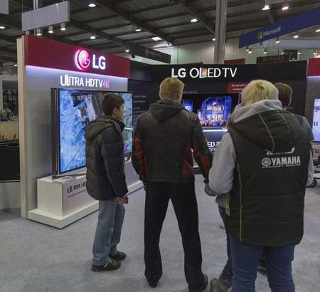 exhibitor: KIEV, Ucrania - 11 de octubre, 2015: La gente visita LG, stand corporación conglomerado multinacional de Corea del Sur durante la CEE de 2015, la mayor feria de la electrónica de Ucrania en el Centro de Exposiciones Expoplaza.
