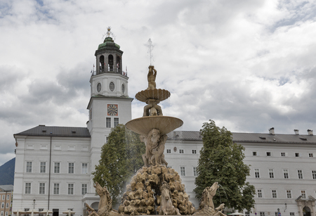 the medieval: Residence Square with famous Residenz Fountain in Salzburg, Austria, Europe. Foto de archivo