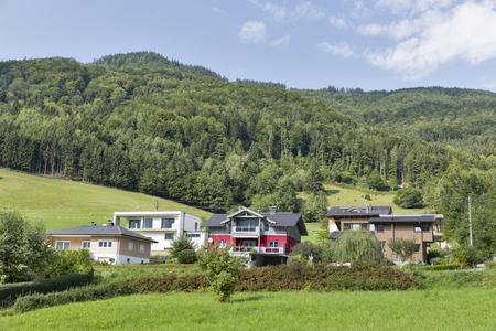 Paisaje con pequeñas casas residenciales en Alpes austriacos Foto de archivo - 52251776