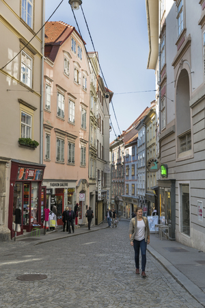 gallerie: GRAZ, AUSTRIA - SEPTEMBER 12, 2015: Unrecognized people walk along narrow street Sporgasse in Old Town. Graz is the capital of federal state of Styria and the second largest city in Austria.