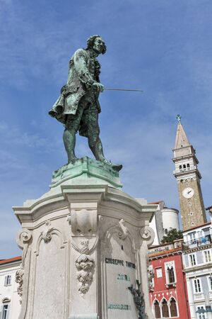 violinista: Violinista y compositor Giuseppe Tartini estatua en Piran, Eslovenia