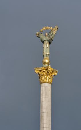 angel de la independencia: monumento a la independencia en Kiev centro de la ciudad contra el cielo tormentoso, capital de Ucrania. Se trata de una estatua de un �ngel hecha de cobre y chapado en oro de pie sobre un pilar de altura en el centro de Kiev. Foto de archivo