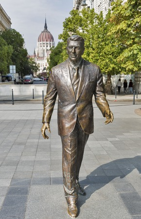 ronald reagan: BUDAPEST, HUNGARY - SEPTEMBER 24, 2015: Statue of the former U.S. President Ronald Reagan on the background of Hungarian Parliament Building. Statue by sculptor Istvan Mate was unveiled on June, 2011.