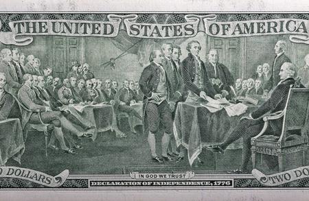 2 つのドルの請求書のクローズ アップの背面に 1776 の独立宣言 写真素材