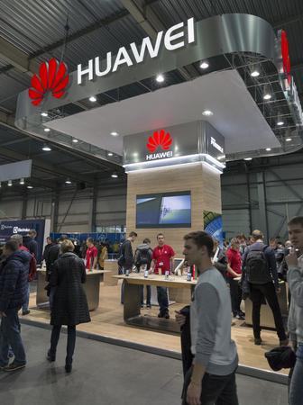 KIEV, UKRAINE - 9 octobre 2016: les personnes non reconnus visiter Huawei, fabricant chinois de l'électronique stand de l'entreprise au cours CEE 2016, le plus grand salon de l'électronique de l'Ukraine dans KyivExpoPlaza CE. Éditoriale