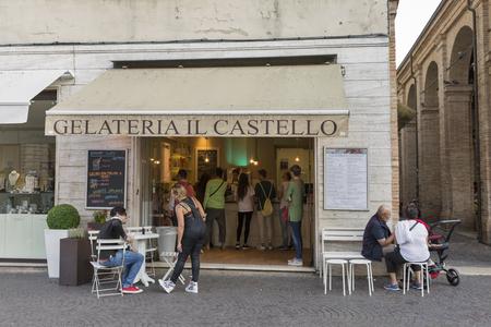 RIMINI, ITALIE - SEPTEMBRE 24, 2016: Les gens visitent la crème glacée Il Castello sur la place Cavour. Rimini est l'une des stations balnéaires les plus célèbres de l'Adriatique en Europe grâce à sa longue plage de sable de 15 km.