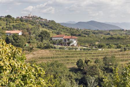 paisaje mediterraneo: Pintoresco paisaje mediterráneo rural con el pueblo, viñedos y montañas Foto de archivo