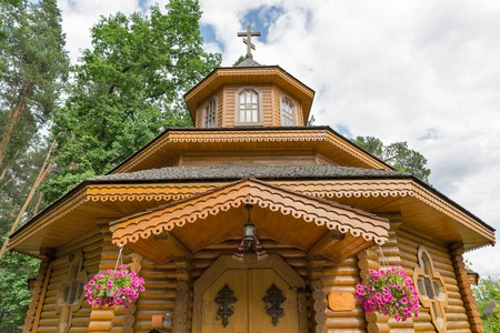 Glise orthodoxe traditionnelle en bois ukrainienne en été Banque d'images - 81592445