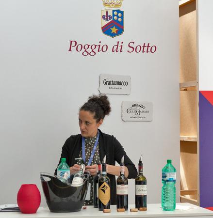 KIEV, UCRAINA - 2 GIUGNO 2018: Sommelier della donna presenta il vino Poggio di Sotto allo stand del Festival del vino di Kiev. 77 vignaioli da tutto il mondo hanno preso parte alla grande festa organizzata da Good Wine.