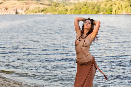 Joven hermosa mujer amazónica caucásica en la arena de la playa fluvial Foto de archivo