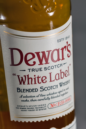 KIEV, UKRAINE - NOVEMBER 11, 2018: Dewar's White Label blended Scotch Whisky closeup. Dewar's whiskies have won more than 400 awards and medals in over 20 countries. Banque d'images - 115647814
