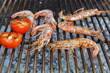 Camarones cocidos a la parrilla con tomates closeup Foto de archivo