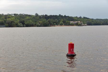 Dnjepr-Fluss-Navigationsboje und Khortytsia-Insellandschaft, Ukraine