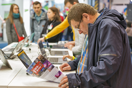 KYIV, UKRAINE - APRIL 06, 2019: People visit Acer, a Taiwan based international computer company booth during CEE 2019, the largest electronics trade show of Ukraine in Tetra Pak EC. Redactioneel
