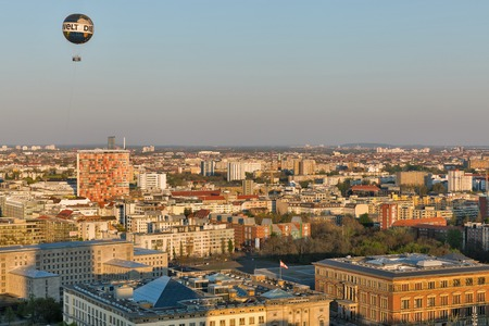 BERLIN, GERMANY - APRIL 18, 2019: Aerial cityscape with House of Representatives, Martin Gropius Bau museum, Federal Ministry of Finance building and air balloon at sunset close to Potsdamer Square. Standard-Bild - 124913261