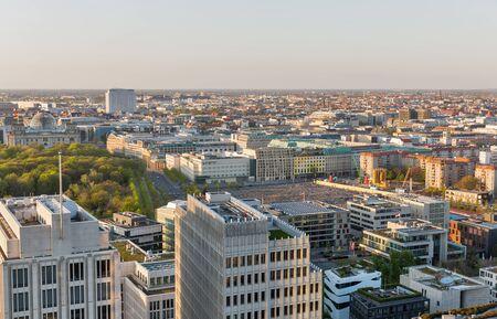 Luftbild mit Denkmal für die ermordeten Juden Europas, Tiergarten, Reichstag und Charite-Krankenhaus bei Sonnenuntergang in der Nähe des Potsdamer Platzes.