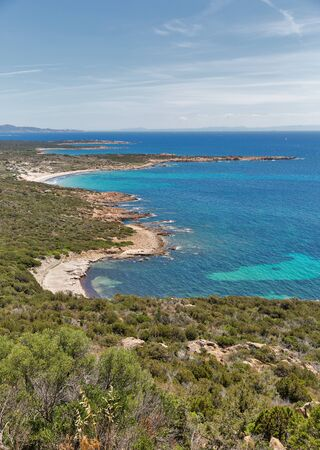 Küstenlandschaft mit Bergen und Strand, Roccapina, Korsika, Frankreich.