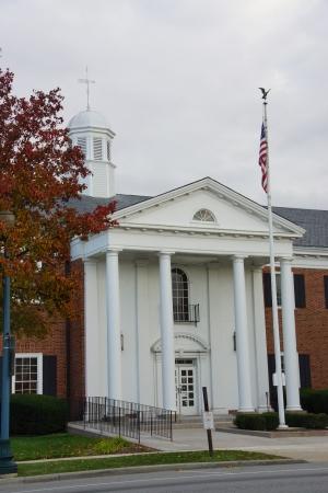 u s a:  brick 2 story goverment bld, 4 white columns, Flag pole with U S A  flag