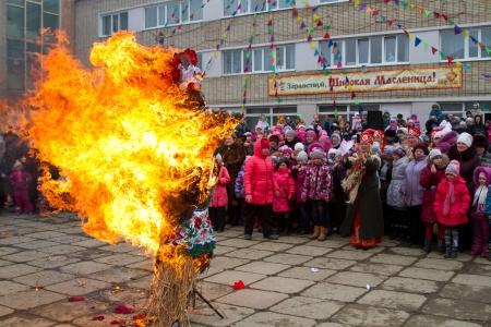 programm: BOLSOI Kamen, RUSSIA, - 17 marzo 2013: La celebrazione della festa della Maslenitsa, Bolsoi Kamen, Russia, 17 marzo 2013. Il programma - effigie combustione di inverno.