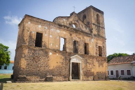 central square: Brasiliano edificio storico, chiesa cattolica della piazza centrale della citt� di Alcantara, Maranhao, Brasile