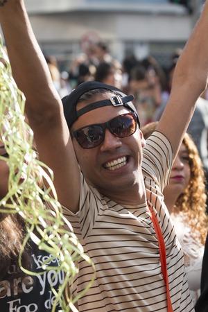 hombres gays: SAO PAULO, BRASIL - 7 de junio de 2015: Un hombre no identificado, la celebración de lesbianas, gays, bisexuales, transgénero y la cultura en el 19 Desfile del Orgullo Gay de Sao Paulo