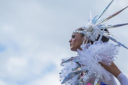 lesbienne: SAO PAULO, BR�SIL - 7 Juin, 2015: Une Drag Queen inconnu habill� dans un costume c�l�bration lesbienne, gaie, bisexuelle, transgenre et de la culture dans le 19�me Gay Pride de Sao Paulo