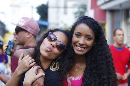 lesbians: SAO PAULO, BRASIL - 7 de junio de 2015: An no identificados dos ni�as, la celebraci�n de lesbianas, gays, bisexuales, transg�nero y la cultura en el 19o Desfile del Orgullo Gay de Sao Paulo