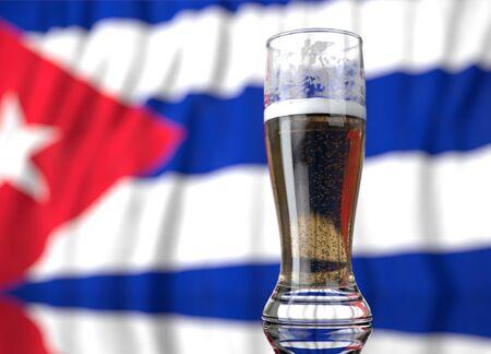 un vaso de cerveza realista frente a una bandera cubana. Ilustración de la representación 3D. Foto de archivo