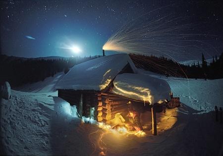 観光夏の近くの住居の羊飼いの冷たい夜で火災で加熱.