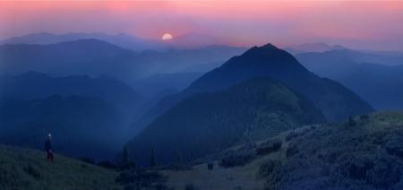アルプスの麓の美しいムーンライズ視聴者の想像力に影響を与える、斜面に密集した原生林を文明の痕跡を隠すために貢献