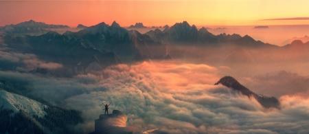 無限の空間高山峰は、旅行者を魅了して再び山に彼を呼び出します。