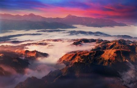 早朝山ハムスターから見える霧川チェルニフツィと Chornaja ティーから石碑の Transcarpathian ウクライナの Vorohta 村、ブコヴェリ、ヤシンとリッジと Chor 写真素材