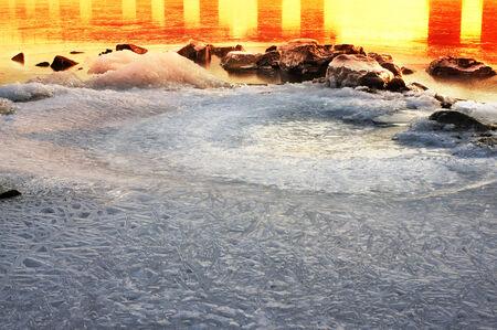 rigorous: fredda notte disegna in neve, gelo disegni incredibili fantastici, la grafica e rigorosa, � la bellezza naturale di gelo al mattino o alla sera nel freddo pungente giornata limpida Archivio Fotografico